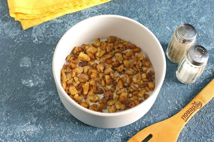 Так как салат выкладывается слоями, то вам понадобится специальное кулинарное кольцо или обычный глубокий салатник. Первым слоем выложите куриное филе.