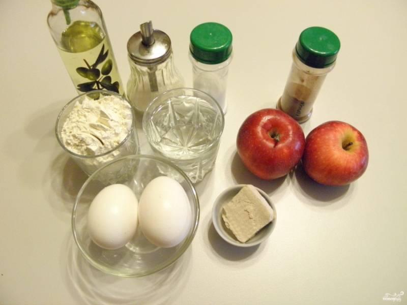 Подготовьте продукты для теста и начинки. Мне понадобилось три крупных яблока.