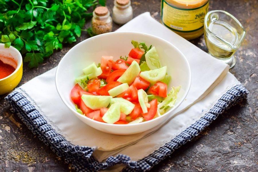 Сполосните огурец, по желанию снимите кожуру. Нарежьте огурец брусочками и добавьте в салат.