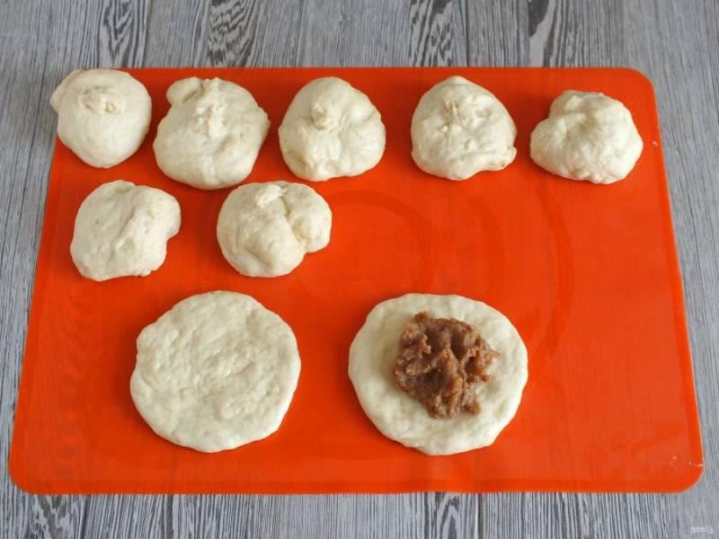 Разделите тесто на 9-10 частей. Из каждой части сделайте лепешечку, выложите на неё 1,5 ст.л. начинки.