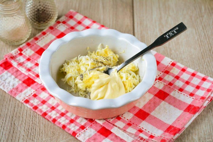 Натрите сыр и чеснок на мелкой терке, добавьте к ним майонез и специи по вкусу.