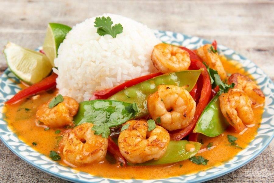 6. Подавайте карри с рисом и лаймом. Приятного аппетита!