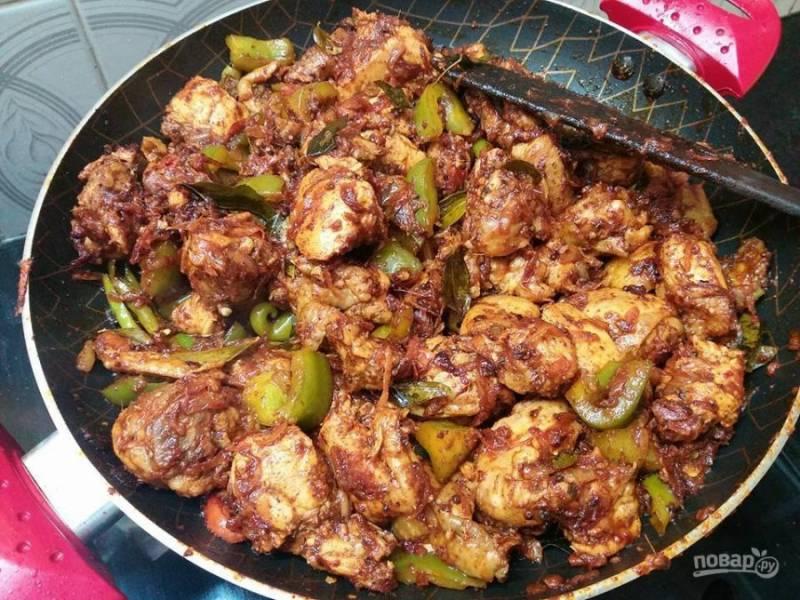 7. Смешайте острую смесь с мясом и готовьте еще пять минут на среднем огне.