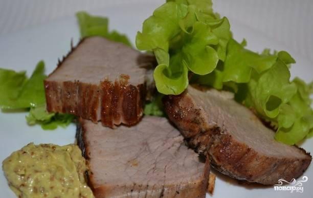 Как мясо приготовится, подавайте его вместе с соусом и листьями салата. Приятного аппетита!