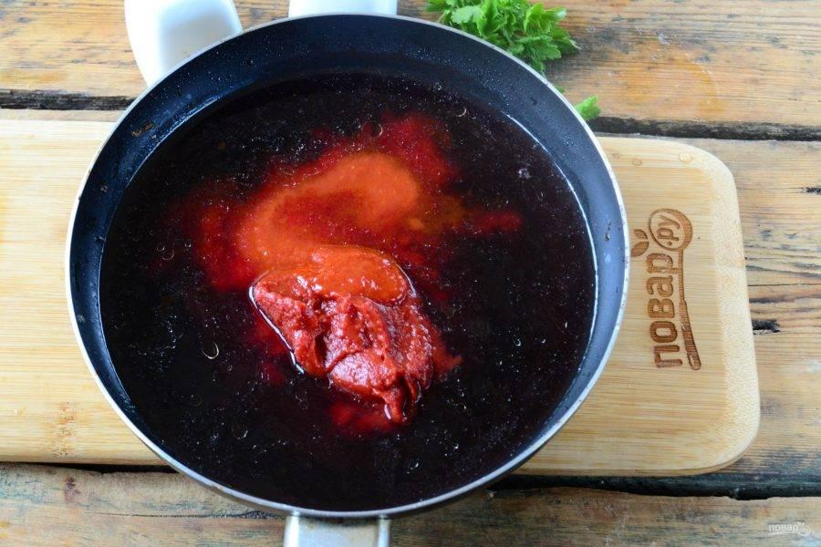 Также добавьте томатный соус и томатную пасту, хорошенько перемешайте и варите на медленном огне 15 минут.