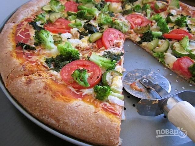 11.Добавьте по вкусу начинку и соус, запекайте пиццу в духовке до готовности. Подавайте ее сразу после приготовления.