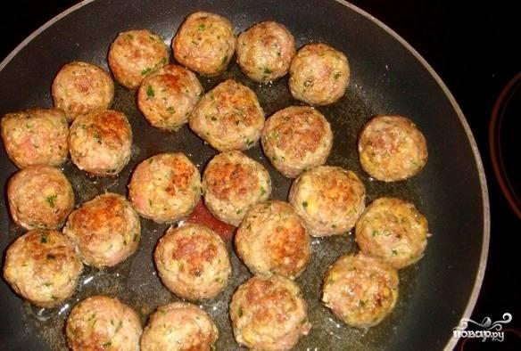 2)Делаем из получившегося фарша небольшие шарики. Их надо обвалять в муке и обжарить на сковородке со всех сторон до золотистого цвета.