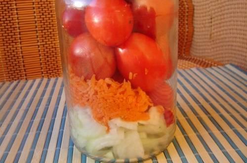 4. Пока варится маринад, наполните чистые и заранее простерилизованные баночки луком, морковью и помидорами. При желании можно добавить небольшой кусочек острого перца.