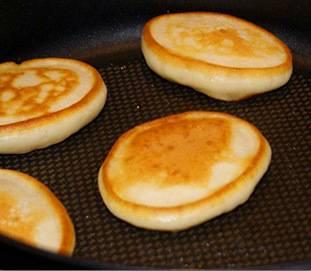 4. Обжаривать оладьи нужно на хорошо разогретой сковороде, на растительном масле.