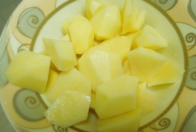 Пагсаиус дает много пены - не забываем ее снимать. Потом режем картошку и добавляем спустя 15 минут после начала варки.