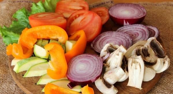 1. Измельчим все ингредиенты. Лук и помидоры - кольцами, все остальное - достаточно крупными ломтиками.