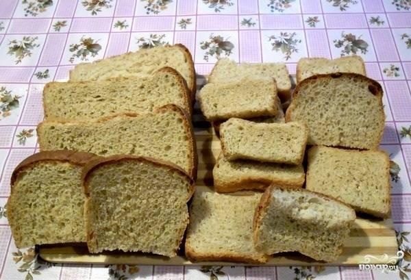 1. Соберем кусочки черствого хлеба и нарежем (поломаем), отправим их в миску.