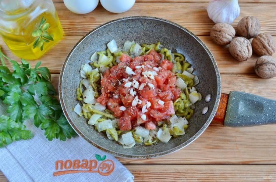 Также добавьте чеснок рубленый, хмели-сунели, соль и протушите немного массу.