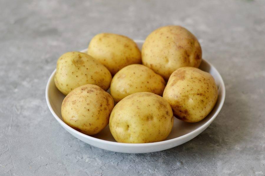 Тщательно помойте клубни картофеля в кожуре.