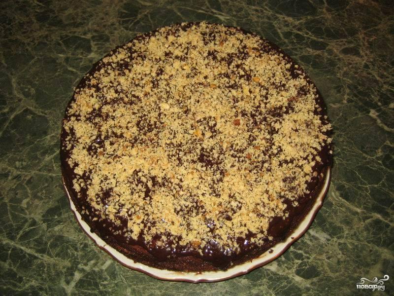 """Готовый торт """"Прага"""" от Палыча посыпьте измельченными грецкими орехами. Можете отправить в холодильник на часик-другой или сразу подавать к столу."""