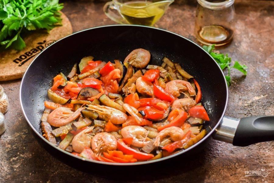 Добавьте соус и специи в сковороду, перемешайте все и готовьте под крышкой 8-10 минут.