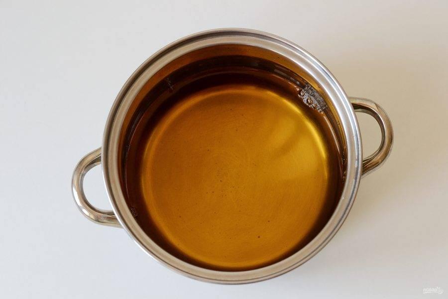 Налейте в кастрюлю яблочный сок. Доведите до кипения.