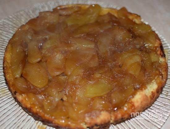 Выпекаем пирог минут 30-35 в разогретой до 180 градусов духовке. Затем ножом отсоединяем края пирога от формы и перекидываем пирог на плоское блюдо.