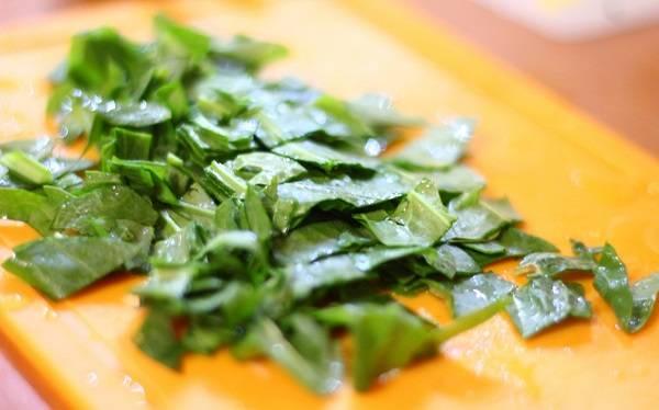 7. Со щавелем все гораздо проще: его достаточно слегка промыть и нарезать. Опустите зелень в кастрюлю, варите около 10 минут. За это время очистите сваренные и охлажденные яйца, нарежьте их пополам (при желании можно и мелкими кубиками).