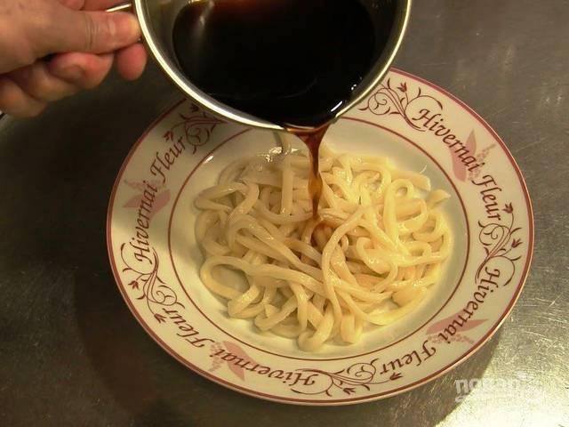 5.Выкладываю на тарелку вермишель и поливаю соевым соусом, перемешиваю.