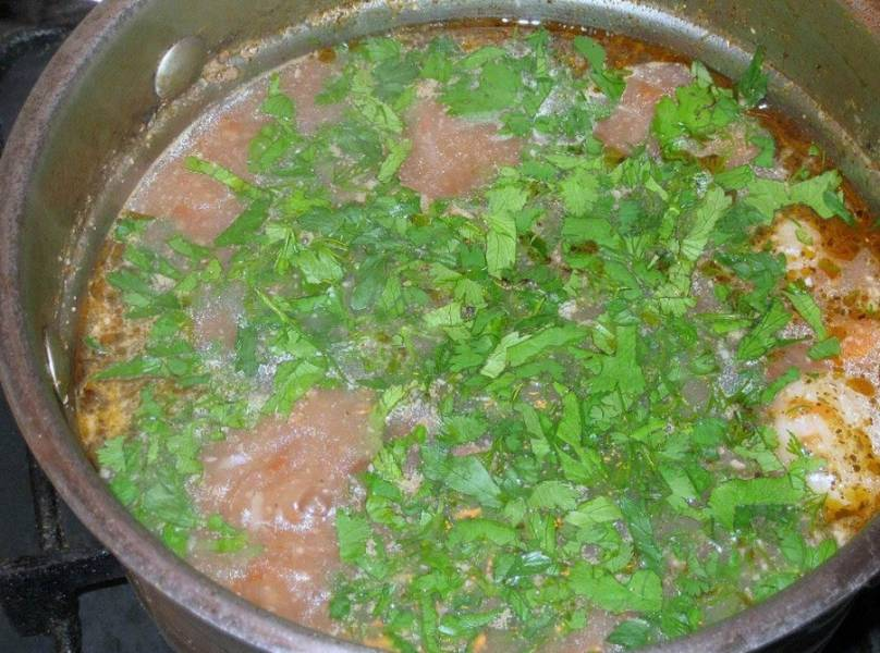 За 5 минут до окончания готовки бросаем зелень. Перед подачей готовое харчо по-мегрельски заправляем орехово-чесночной заправкой. Приятного аппетита!