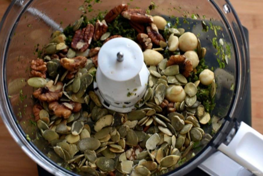 Добавьте орехи. У  меня макадамия, пекан, грецкие и тыквенные семечки. Посолите и поперчите по вкусу. Пробейте до измельчения.