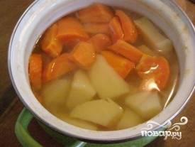 Очищаем морковь и картошку, кладем их вместе с болгарским перцем в холодную воду и отвариваем до готовности. Тем временем лук чистим, мелко нарезаем и обжариваем до прозрачности.