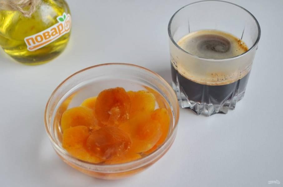 2. Закипятите воду, 125-ю мл залейте кофе, а остальной водой — курагу. Оставьте на 5 минут, чтобы она распарилась.