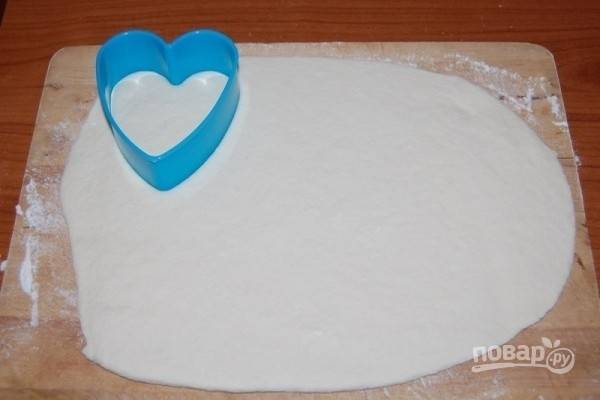 5.Раскатайте тесто скалкой в пласт толщиной 0,5 см, вырежьте выемкой небольшие сердечки.