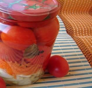 """7. Вот и весь несложный и аппетитный вариант, как сделать помидоры с морковкой и луком на зиму. Они получаются в меру """"уксусные"""", сладенькие и очень ароматные."""