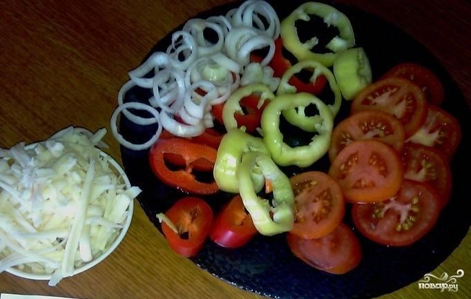 5. Нарезаем болгарский перец, лук и помидоры кольцами, а сыр натираем на крупной терке.
