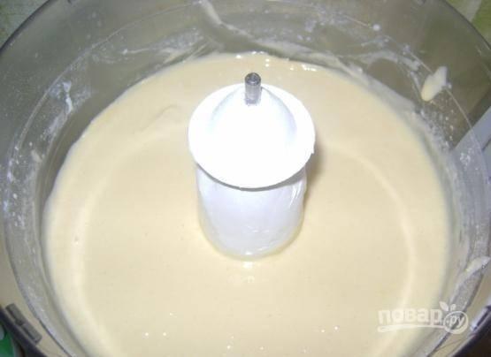 Влейте кефир. Замешайте жидкое тесто.