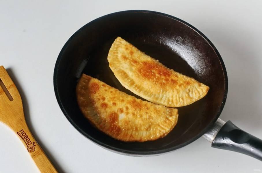 Обжаривайте чебуреки на хорошо разогретой сковороде в достаточном количестве масла. Огонь должен быть средний.
