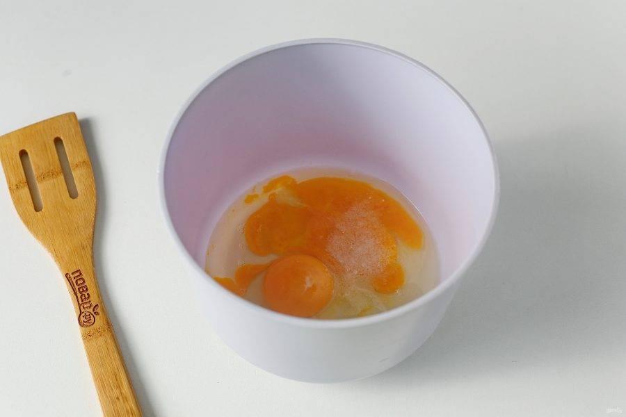 В глубокой миске соедините яйца и соль.