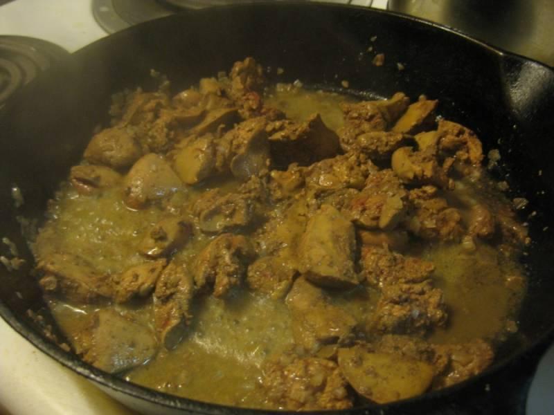 2. Небольшой кусочек сливочного масла растопить на сковороде. Луковицу очистить и измельчить, отправить в масло и жарить до золотистого цвета. Затем добавить печень. Классический рецепт мусса из печени куриной может содержать рекомендации жарить печень до тех пор, пока снаружи она не схватится, а внутри будет оставаться еще розовой. Данный вариант подойдет лишь для тех субпродуктов, происхождение которых точно известно. В других случаях лучше прожарить печень до полной готовности.