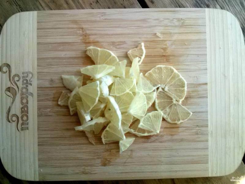 Лимон вымойте, очистите от кожуры и нарежьте на маленькие ломтики.