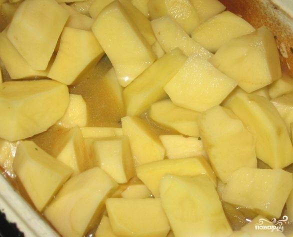 Чистим картошку, моем и нарезаем на кусочки. Выкладываем картошку поверх мяса гуся и доливаем немного воды или бульона - уровень жидкости должен быть чуть ниже картошки. Добавляем травы, досаливаем, если нужно. Закрываем блюдо и ставим в духовку еще на 1-1.5 до готовности картошки.
