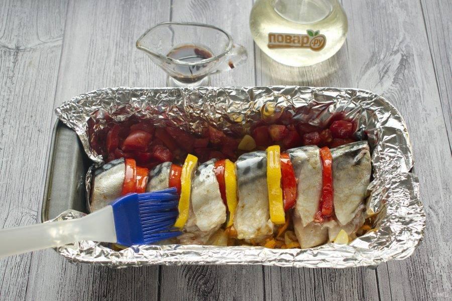 Растительное масло (1 ст. л.)  и соевый соус (1 ст. л.) соедините и смажьте кусочки скумбрии. Приправьте перцем по вкусу. Поставьте запекаться в духовку на 15-20 минут при 200 градусах.
