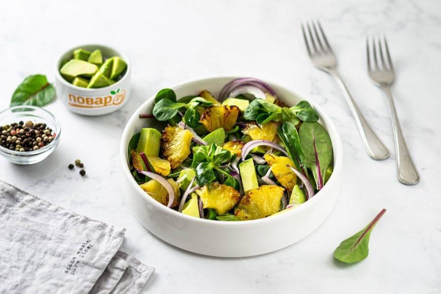 Постный салат с ананасами готов, приятного аппетита!