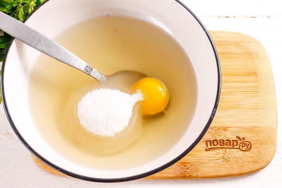 Растопите смалец в микроволновке или на водяной бане и слегка остудите. Выложите в него желток куриного яйца, всыпьте сахар и соль, тщательно размешайте.