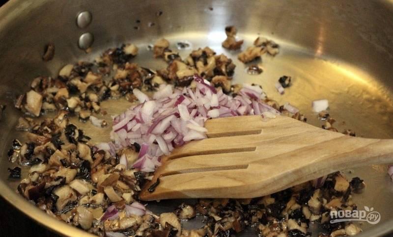 Лук очистите, измельчите и обжарьте с измельченными отмоченными грибами на разогретой с небольшим количеством масла сковороде. Обжаривайте до мягкости, затем добавьте по вкусу соль и перец, а также укроп.