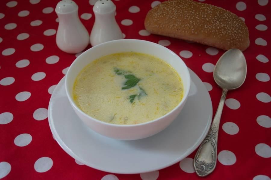 Разлейте суп по мискам и подайте к столу.
