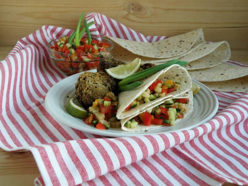 Куриные голени по-мексикански с острой сальсой и тортильями