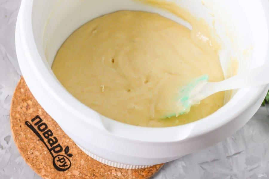 Всыпьте просеянную пшеничную муку и с помощью силиконовой лопатки вмешайте ее в тесто вместе с разрыхлителем.