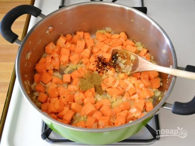 3. Добавьте в кастрюлю батат и лук. Жарьте на среднем огне минут 5, помешивая. Всыпьте специи по вкусу.