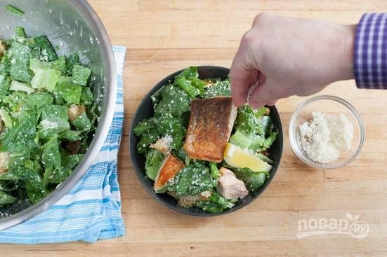 6.Разделяю салат на 2 порции, семгу разрезаю на 2 кусочка и кладу поверх салата, украшаю лимонной долькой и посыпаю пармезаном.