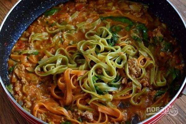 За минуту до готовности добавьте измельченный шпинат.