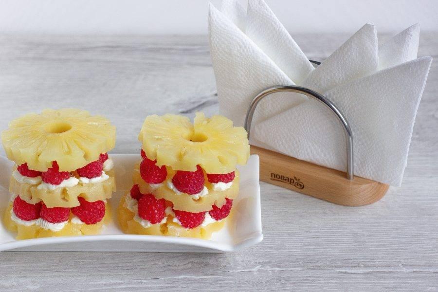 Повторите ещё один слой и закончите кольцом ананаса.