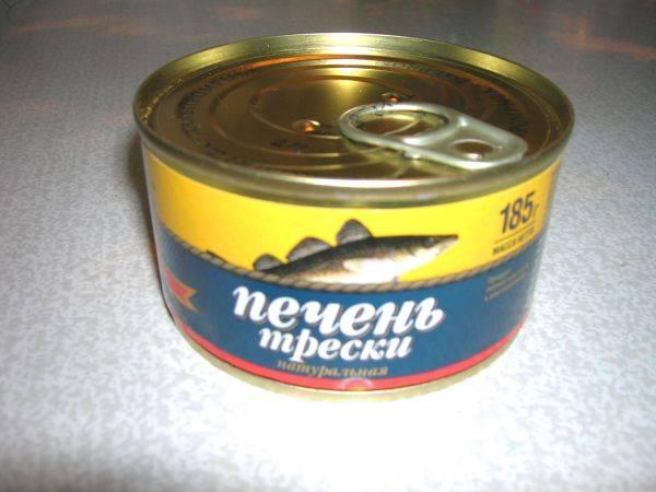6. Печень трески слегка размять вилкой. При желании можно слить излишки масла.