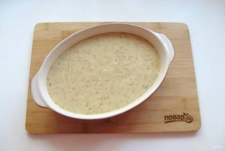 Выложите тесто в форму, смазанную маслом. Можно воспользоваться бумагой для выпечки.